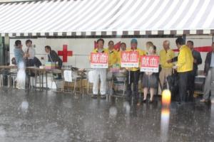 大雨の中、頑張るメンバーの皆さま